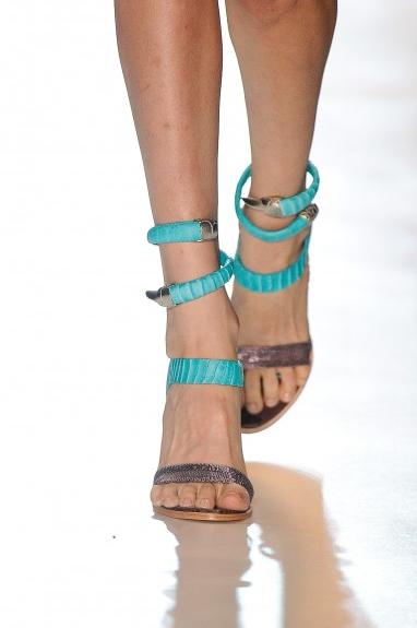 As sandálias da Animale com tornozeleira em formato de cobra