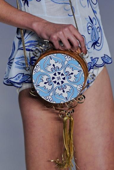 As clutches apaixonantes com estampas de azulejos portugueses da Têca